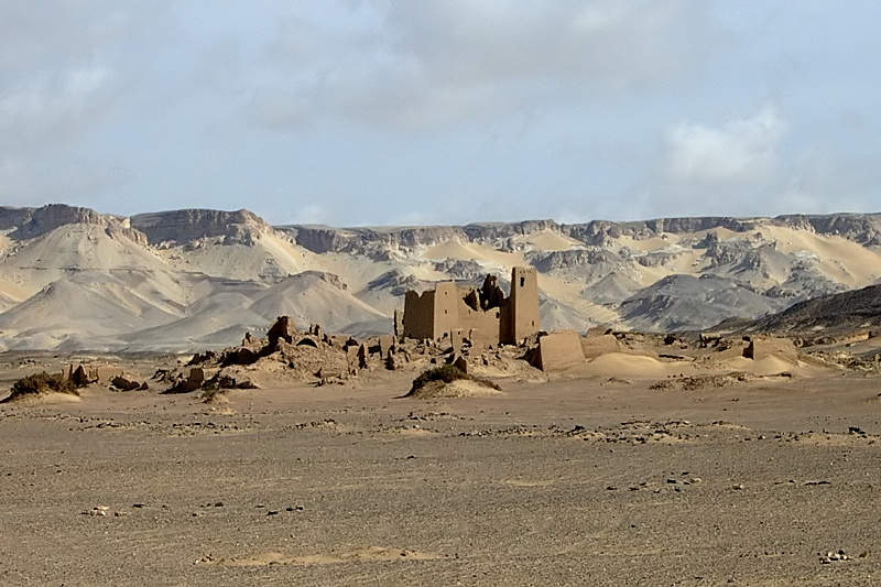 Landscape photograph of 'Ain Umm ed-Dabadib, El-Kharga Oasis, Western desert, Egypt. By Roland Unger, Wikimedia Commons.